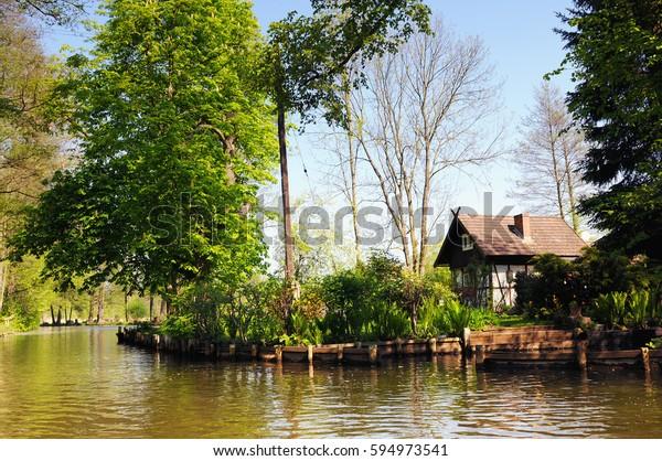Asentamientos tradicionales del Spreewald en el río Spree (Luebbenau Alemania). Tierras formadas por ríos y bosques, pequeños asentamientos y turismo.
