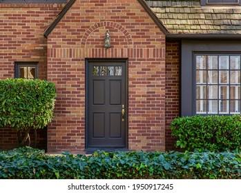 Traditionelles, gehobenes Backsteinhaus mit hochwertiger schwarzer Haustür.
