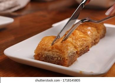 Traditionelle türkische Nachspeise mit Cashew, Walnüssen. Hausgemachte Bäckerei mit Nüssen und Honig.