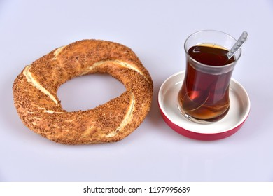 Traditional Turkish sesame bagel (simit) and Turkish tea