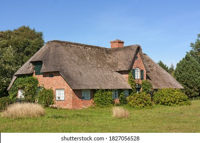 Traditional Uthland-Frisian house (Friesenhaus) with thatched roof in Wenningstedt-Braderup on the island Sylt, Schleswig-Holstein, Germany