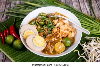 Traditional vermicelli served with sweet, spicy and sour broth, topped with egg. Lime is recommended. Mee Siam from Singapore.
