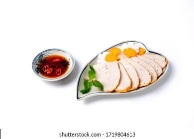 Cuisine vietnamienne traditionnelle, saucisse de porc ou bologna de porc et sauce au piment de poisson isolée sur fond blanc.