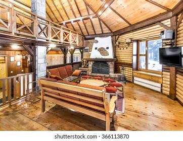 Traditionelles Holzinnere mit Tisch und Stühlen - Bergort