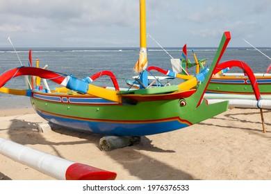 Traditionelles indonesisches fischerboot (Jukung) im indonesischen Stil am Strand von sanur