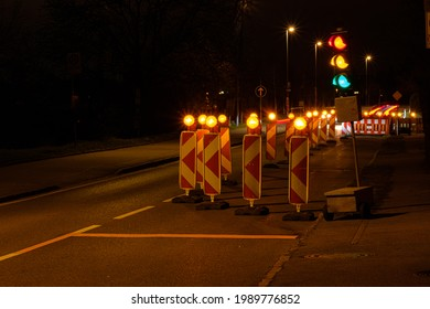 Straßenbeleuchtung auf einer Baustelle in der Nacht