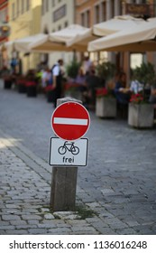 Traffic sign: Passage forbidden / Text in German: Available.