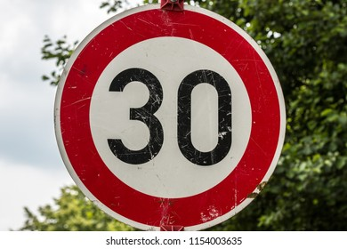 Traffic sign which means 30 kilometers per hour