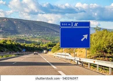 Señales de tráfico en la carretera de España.