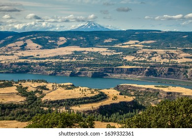 A trail called Tom McCall Scenic Area through the Columbia River Gorge between Hood River and The Dalles, Oregon, USA