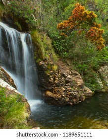 Trail of the Serra do Cipó, surrounded by mountains, leading to beautiful landscapes and waterfalls.