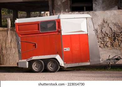 Trailer with four wheels for transporting horses