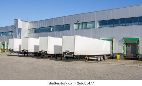 Aanhangwagens bij dockingstations van een distributiecentrum wachten om te worden geladen