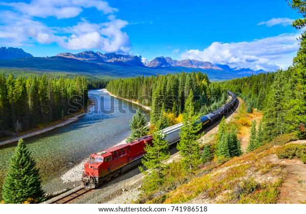 バウバレー、バンフ国立公園、カナダ・ロッキーズ、カナダで有名なモラントのカーブを通過する列車。