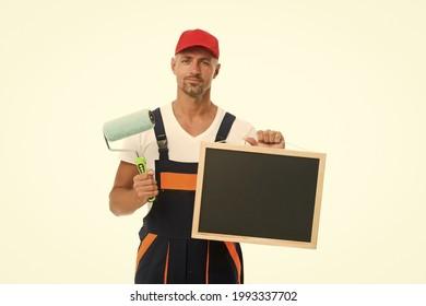 Training, das Anfänger in qualifizierte Profis verwandelt. Die Malerin hält die Tafel und die Farbwalze. Dekoratorschulung. Ausbildungsschule. Ausbildung in Malerei und Dekoration, Kopienraum