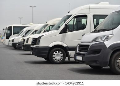 Transfer-Shuttle und Busse auf geparktem Gleis