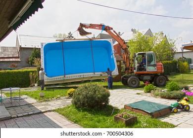 Transfer vom Pool zum Garten des Familienhauses.