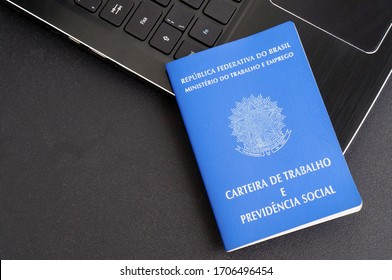 Translation: Federative Republic of Brazil, Ministry of Labor./ Brazilian Work Card (Carteira de Trabalho) and laptop computer. Work at home due to COVID-19. Formal job.