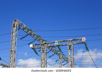 Transmission support with insulators against the sky