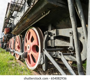 The transmission system locomotive traction on the huge metal wheels
