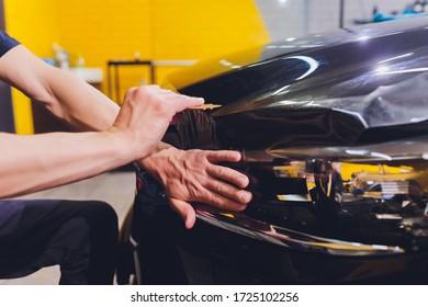 Película transparente, protección para pintura de coches, especialidad de envoltura. Detalles del coche. Enfoque selectivo.