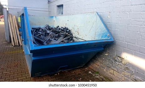 Transport container for scrap metal filled with steel remnants
