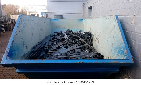 Transport container for scrap metal filled with steel residues from the front