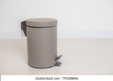 Trash bin in a bathroom - Simple and small