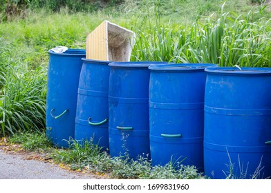 Die Mülltonne ist an der Straße angeordnet.