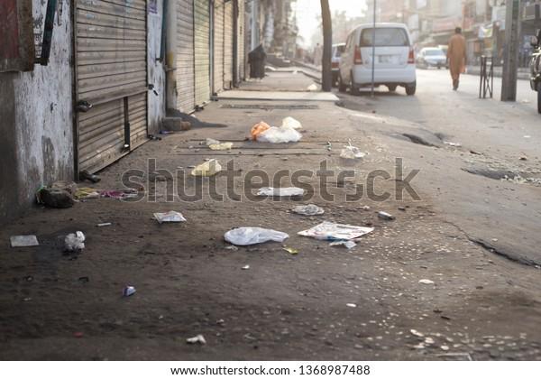 Des sacs en plastique dans la rue.