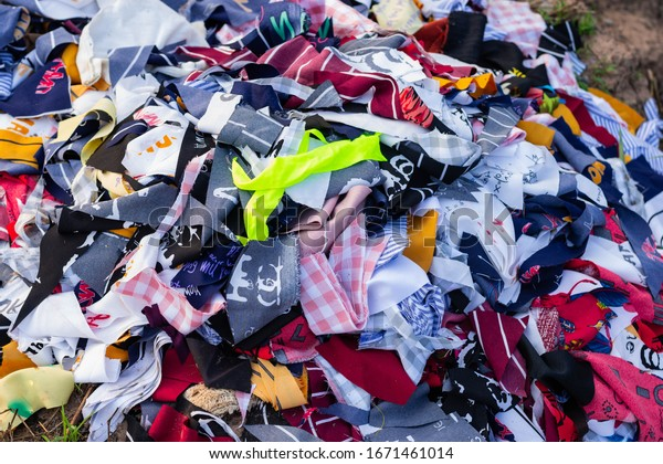 Trash that is a piece of cloth, old cloth is thrown away along the way. Waste that is difficult to degrade And cause pollution