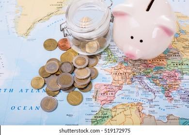 Dinero del presupuesto de viaje en su mapa.