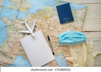 Plantilla de notas de cuarentena para viajes epidémicos. Vista superior de mesa con mapa, plano, cuaderno, máscara facial, pasaporte, guantes médicos. higiene personal y artículos de protección en el tema del turismo. restricciones