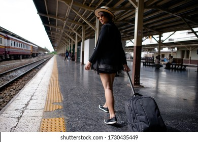 travel girl drag her Luggage