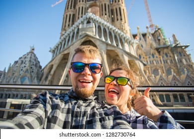 Travel, holidays and people concept - Happy couple taking selfie photo in Barcelona