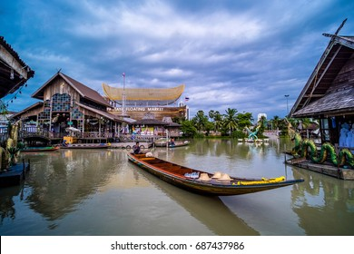 Travel and shopping in Pattaya Floating Market four regions Where have traditional commercial boats and villagers do about traditional foods and souvenirs.THAILAND 27 july 2017