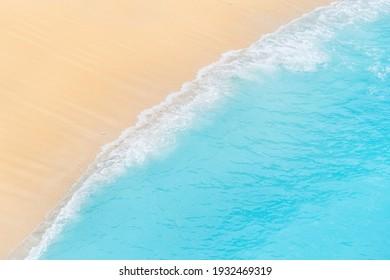 Reise- und Urlaubsbild. Strand. Seascape. Küsten Sie als Hintergrund von der Draufsicht. Blauer Hintergrund aus der Luft. Starke Wellen.