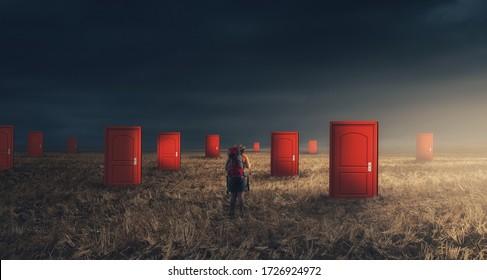 Viajero con mochila en campo con múltiples puertas. Concepto de opciones difíciles. Difícil decisión y maneras de desconocer el futuro.