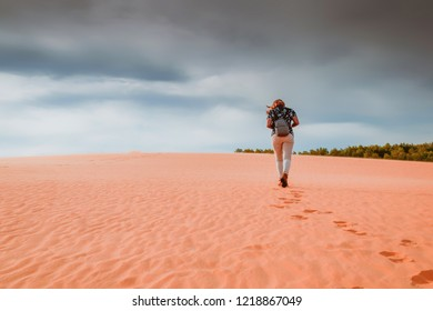 Traveler on view point.touris people walking on the sand at desert on summer time.freedom and lifestyle concept