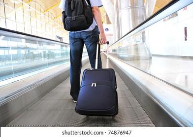 Reisende mit Koffer auf der Schnellstraße