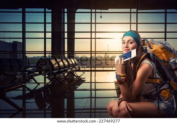 Mujer viajera espera un vuelo