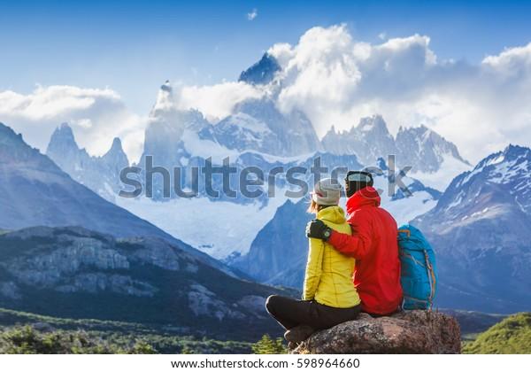 Путешественники влюблены, наслаждаясь видом величественной горы Фитц Рой - символ Патагонии, Аргентина