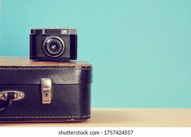 Arrière-plan voyage. Voyage vintage. Bloguer. Une valise rétro en cuir et un appareil photo pour le voyage, voyage. Concept du tourisme