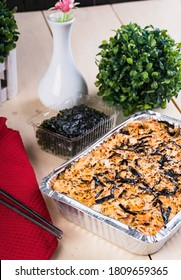 ein Tablett aus gebackenem Sushi, geschichtetem Reis, Ei, japanischem Mayo und mit Fleisch oder Meeresfrüchten überzogen;