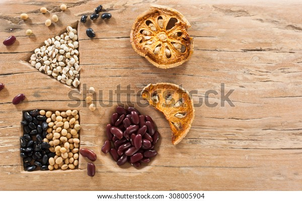 Tray, put the grain of wood, including red beans, black beans, millet, dried okra dried quince. Resting on an old wooden table