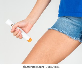 Treating the kid severe allergic reaction with the epinephrine