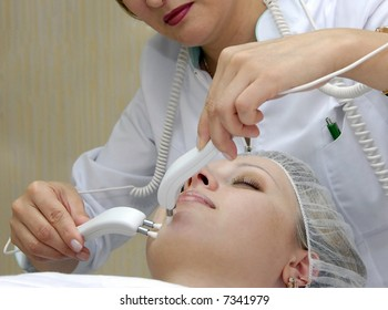 treatment of skin currents is in a beauty salon