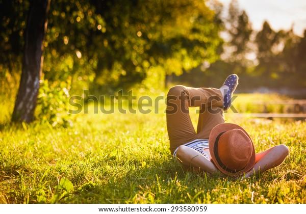 Trendy Hipster Girl Relaxen auf dem Gras
