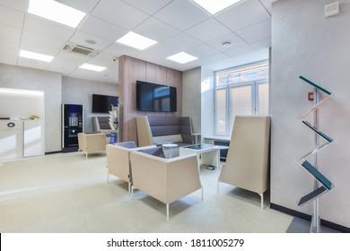 Trendy und modern eingerichtetes Büro in weißen Farben mit Wartebereich für die Kunden Die Kaffeemaschine neben dem Kaffeepunkt.