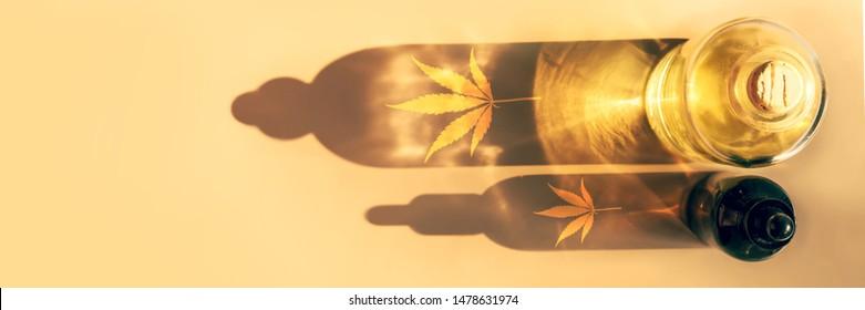 Trendy Sonnenlicht und Schatten aus CBD-Ölflaschen auf hellem Hintergrund Kreative Komposition, Minimalismus-Konzept-Banner